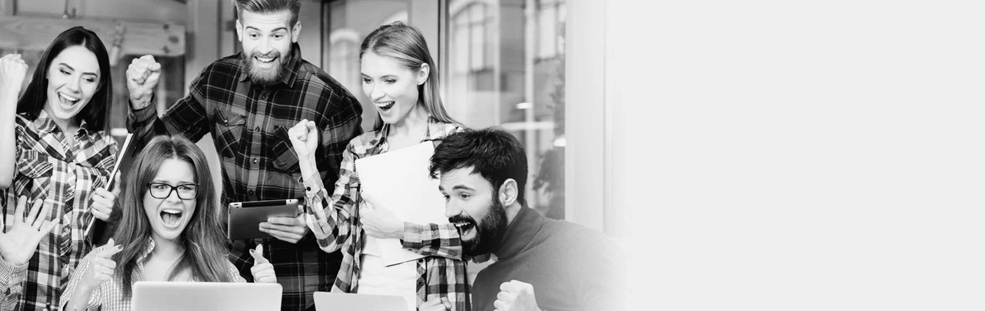 Junge Menschen freuen sich über Jobs im Telemarketing